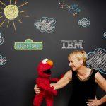 エルモとIBMワトソンインターネット部長のハリエット・グリーン氏 Image credit: John O'Boyle, Feature Photo Service for IBM