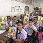 学習誌「みっけ」を手に取るタイの子どもたち